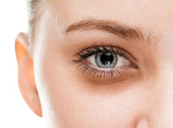 Comment enlever les cernes des yeux du matin?